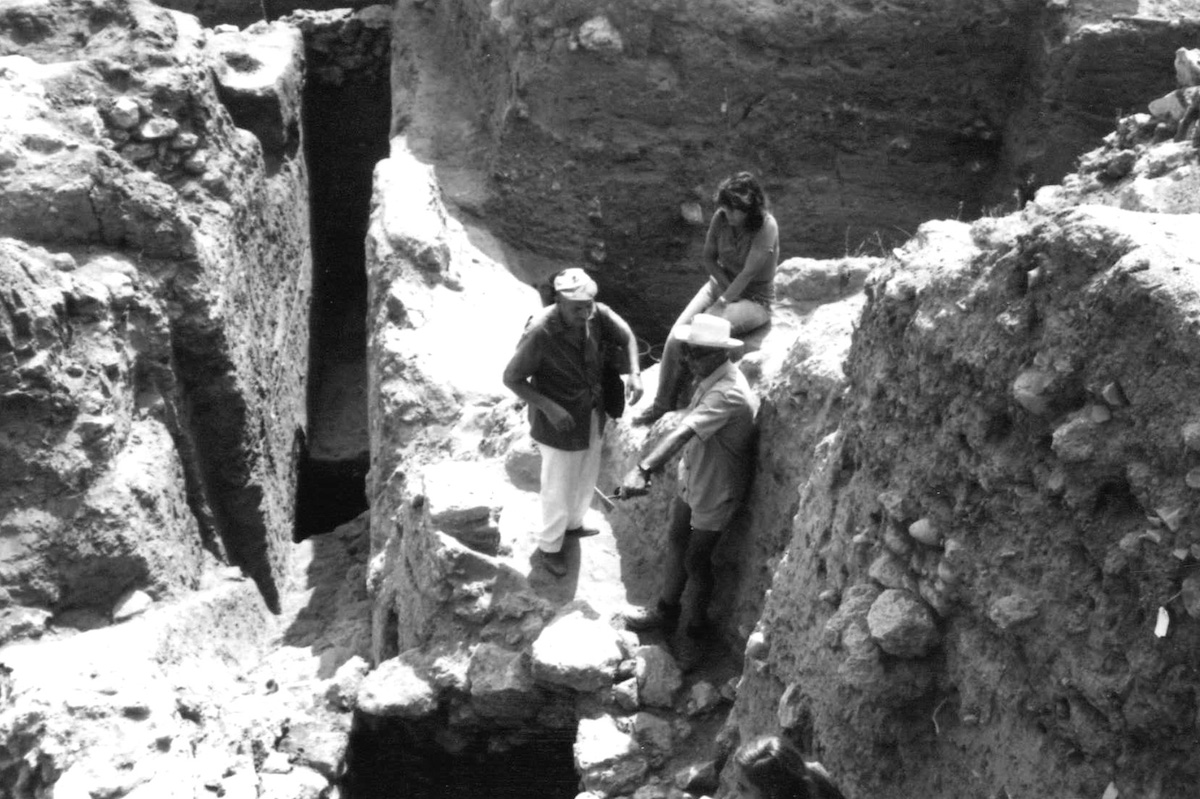 Moshe Dothan, Michal Artzy and Yighal Yadin arguing about Middle Bronze Age stratigraphy
